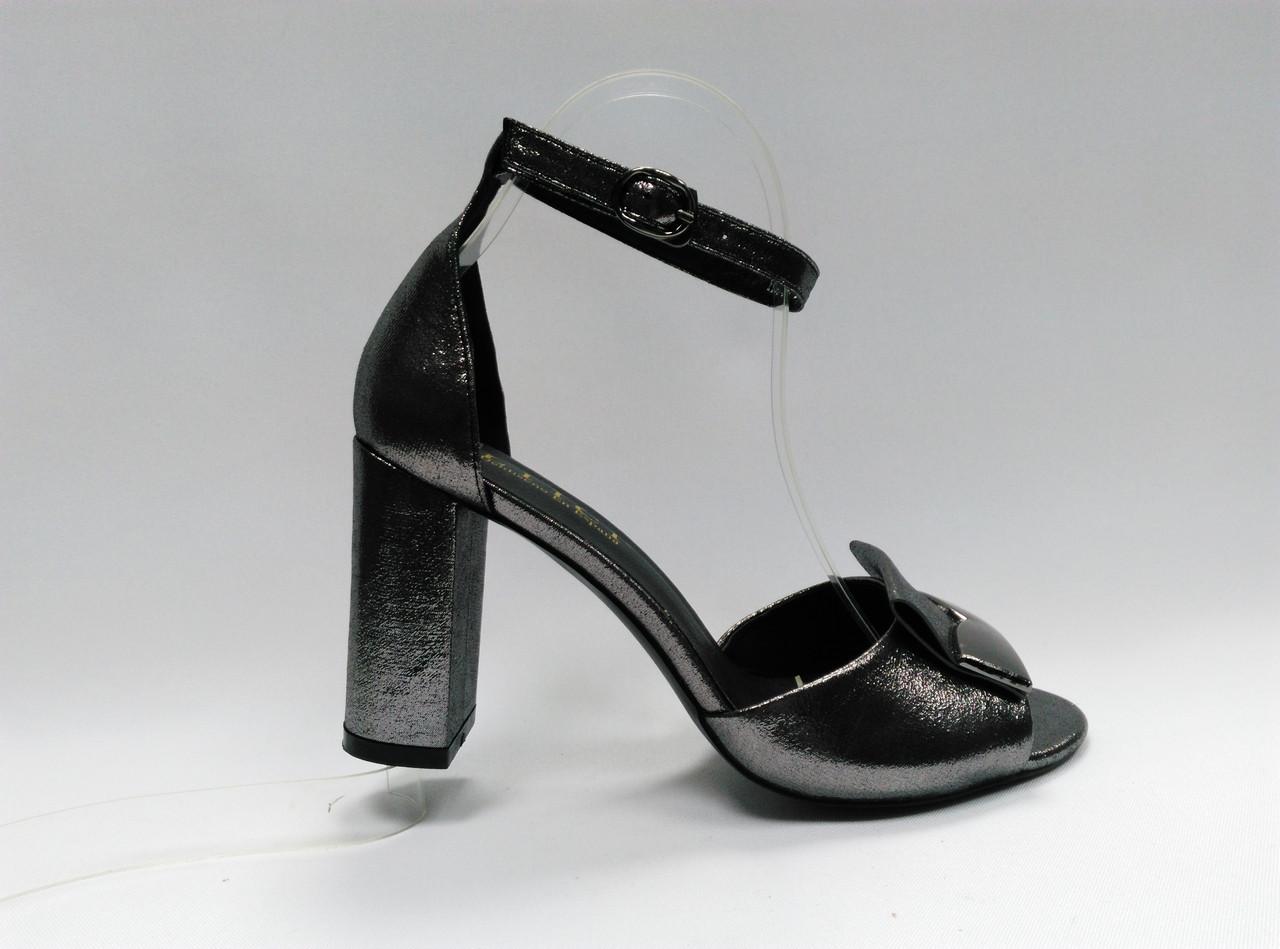 Босоножки на устойчивом каблуке.
