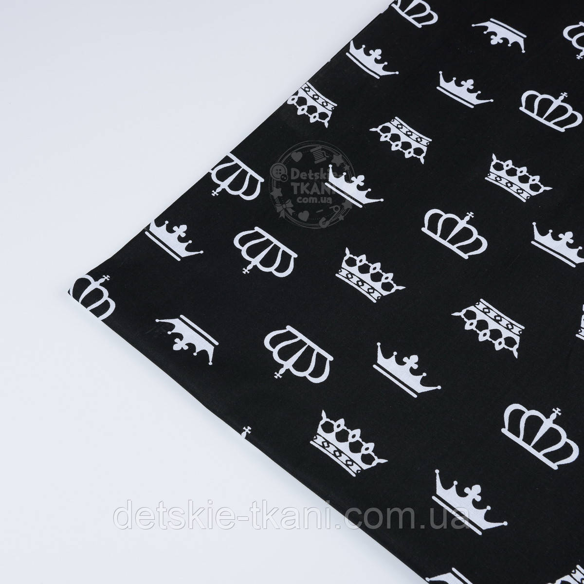 Лоскут ткани с белыми коронами на чёрном фоне № 1285а размер 29*80 см