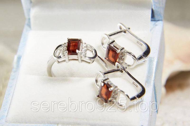 Комплект серебряный с гранатом ( серьги и кольцо )