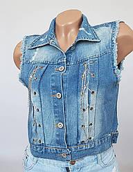 Модная молодёжная джинсовая жилетка с оригинальной спинкой