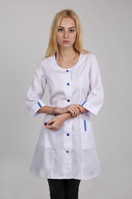 Медицинский халат с синими пуговицами и синей отделкой (51)