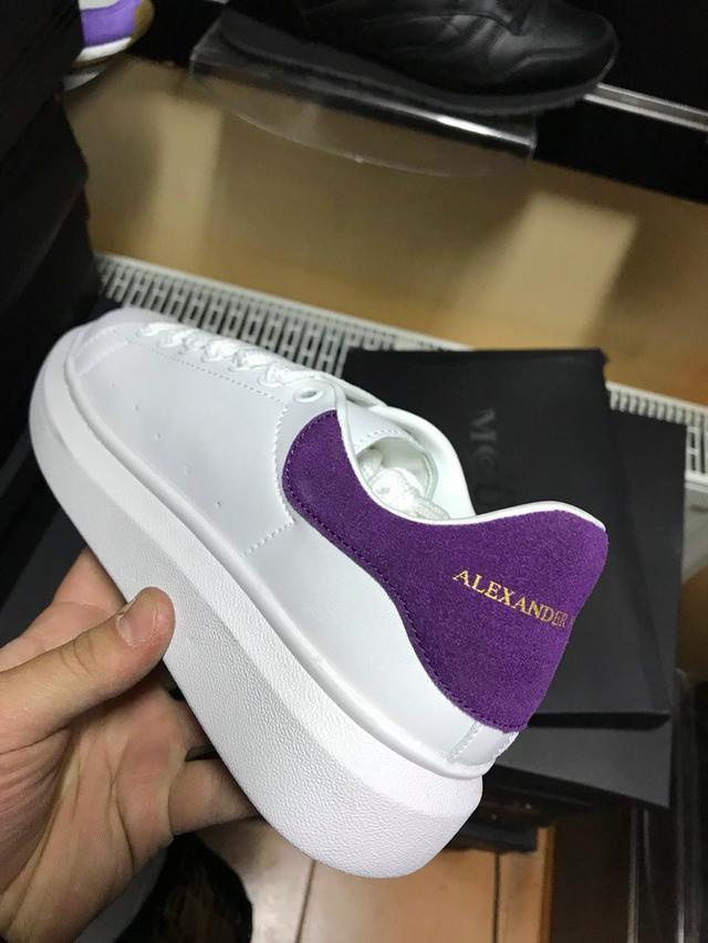 Женские кеды кроссовки британского бренда Alexander McQueen выполнены из натуральной  кожи белого цвета с контрастной зеленой вставкой из замши на верхней ... d35a777bcda