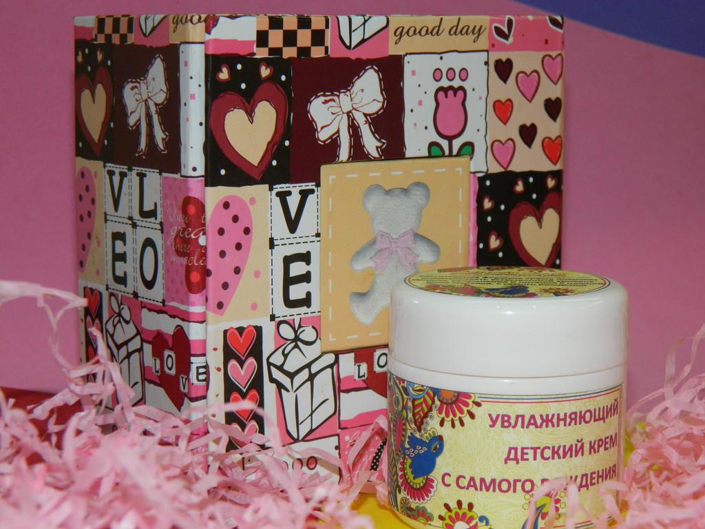 Это детский крем, с самого рождения. Подарок предназначался  для  новорожденной девочки. Коробочка, наполнитель, бантики -ленточки  были в розовых тонах.