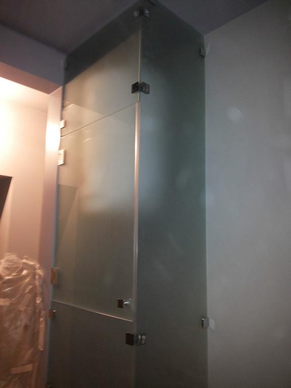 Абсолютно стеклянный шкаф