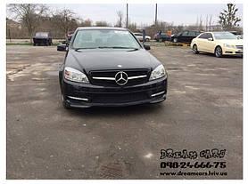 Тюнинговая решетка Mercedes C-класса W204  стиль С63 AMG  Год выпуска: 2007-2014 Материал: ABS-пластик Цвет: черный глянцевый с хромированой полосой  В комплекте оригинальная эмблема-звезда (код A163 888 00 86)  Решетка не подходит к оригинал