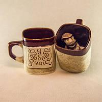 Чашка керамическая сувенирная с различными надписями и лепными фигурками внутри