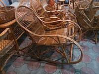 Кресла качалка у камина.