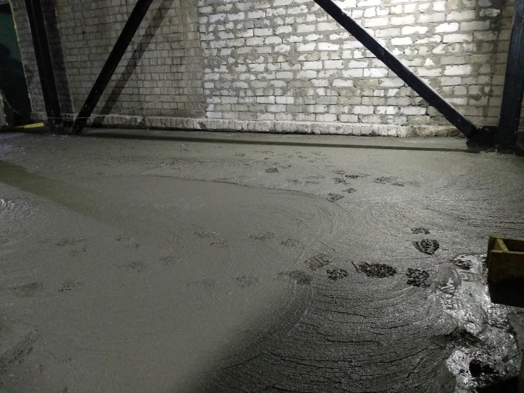 Около 20:00. Ожидаем высыхания бетона. Явно видны следы.