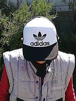 Кепка-тракер белого цвета с черным козырьком и сеточкой сзади Adidas (Адидас)