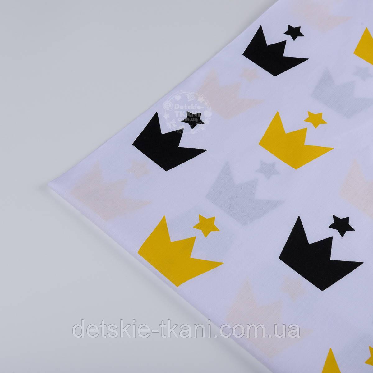 Лоскут ткани №811а  с черными и желтыми коронами на белом фоне