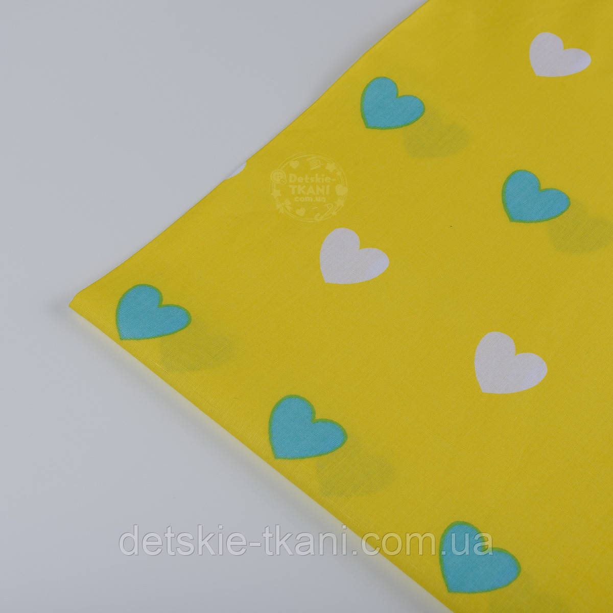 Лоскут ткани №392а с бирюзовыми и белыми сердечками на жёлтом фоне