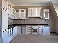 Светлая классическая кухня с крашеными фасадами с патиной, фото 1