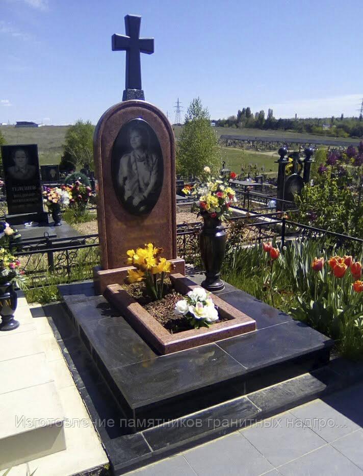 Памятник надгробный гранитный в Симферополе и Крыму с крестом (габбро, лезники)
