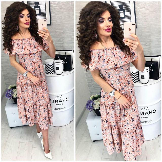 Платье ,длинное с воланом, модель 101, с цветочным принтом на персиковом фоне.