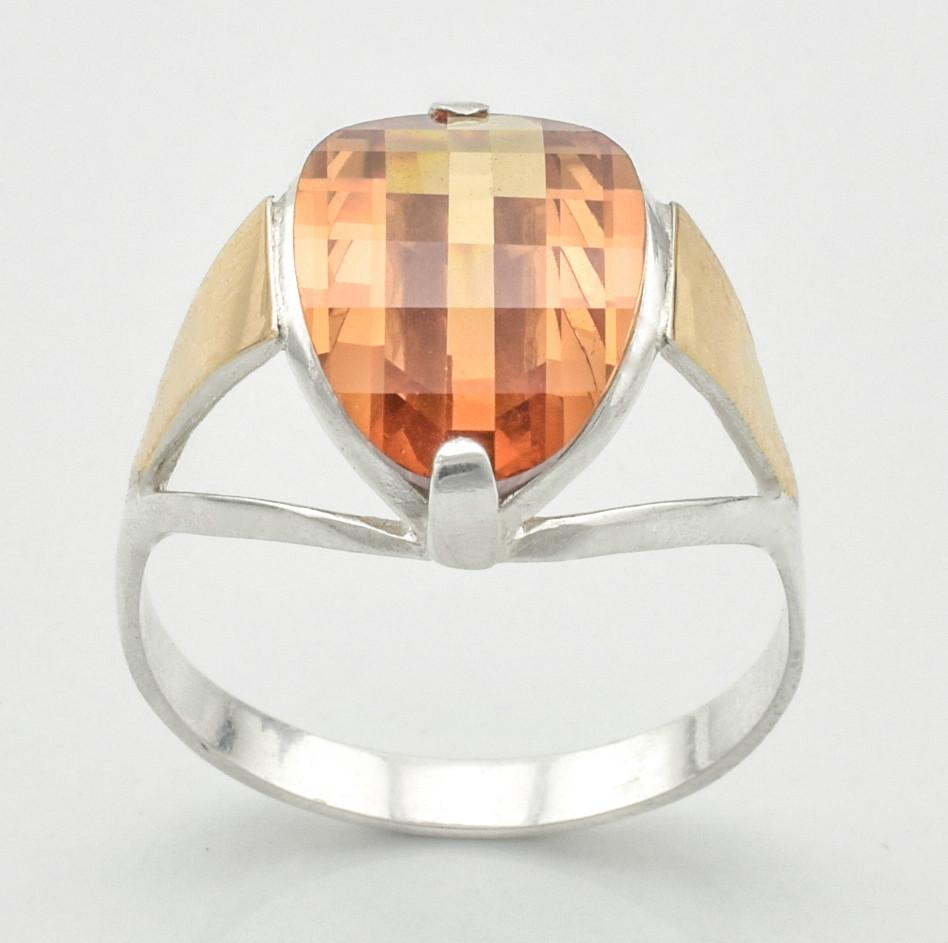 Серебряное кольцо с золотыми пластинами 1043 пк, вставка фианит янтарного цвета, вес 2.84 г, размер 19