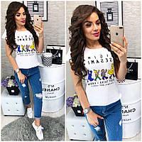 Модная женская футболка декорирована стильным рисунком
