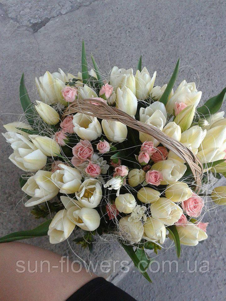 Корзинка с белыми тюльпанами и розочкой