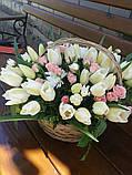 Корзинка с белыми тюльпанами и розочкой, фото 2