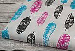 Лоскут ткани №917  с розовыми, бирюзовыми и графитовыми перьями на белом фоне  , фото 2