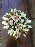 Корзинка с белыми тюльпанами и розочкой, фото 3