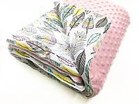 """Одеяло-плед в каляску """"плюш розовый с перьями на белом"""" 80х100"""