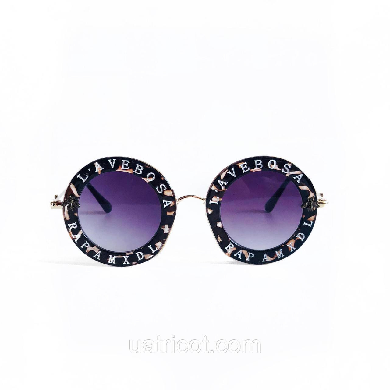 Женские круглые солнцезащитные очки в коричневой оправе с надписями