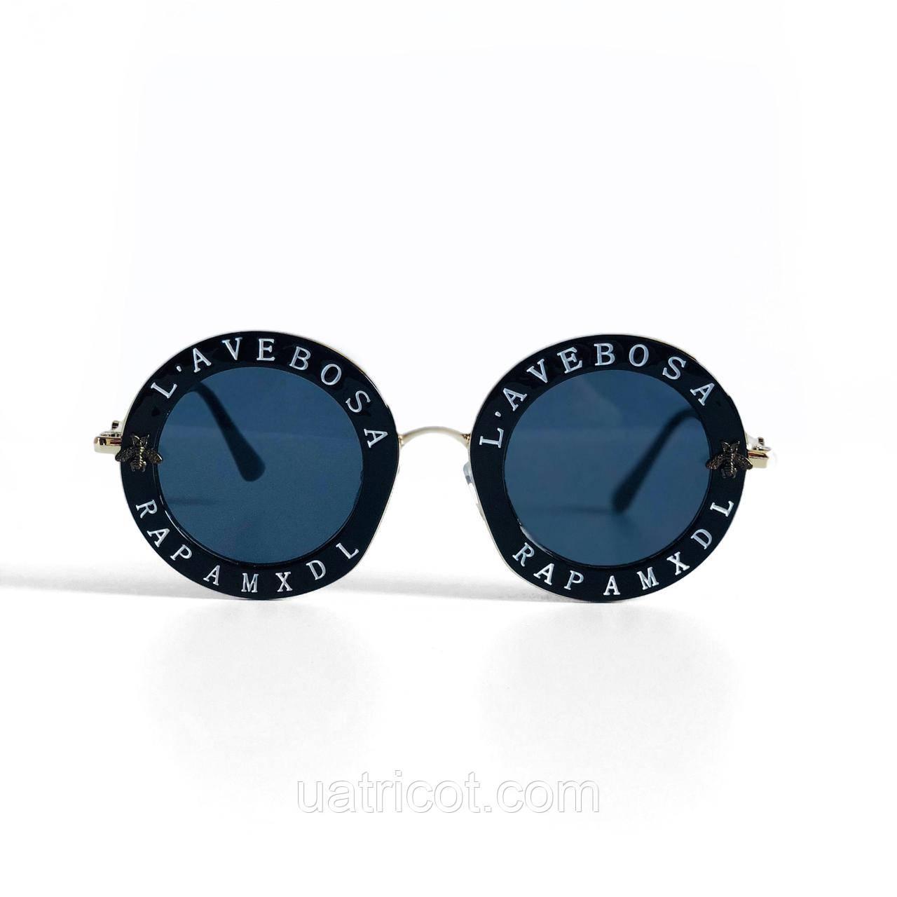 Женские круглые солнцезащитные очки в чёрной оправе с надписями