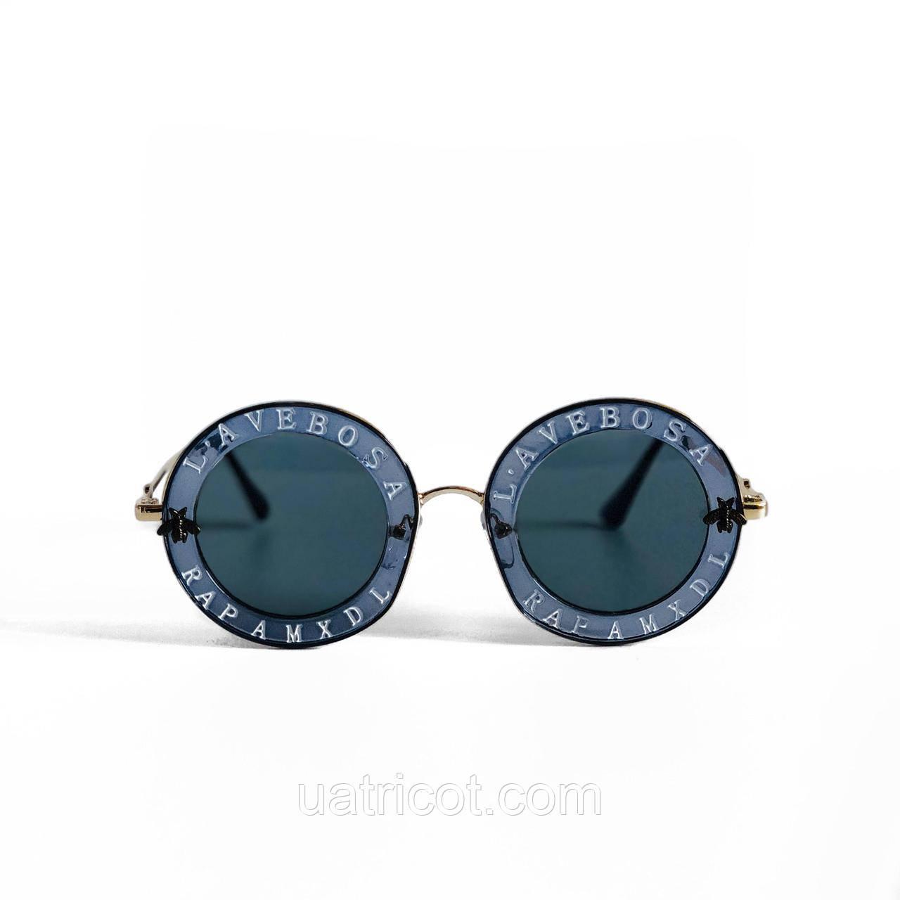 Женские круглые солнцезащитные очки в синей оправе с надписями