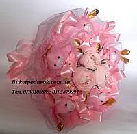 Букет из игрушек зайчики с розами с конфетами Рафаэлло