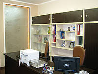 Шкаф и стол секретаря.
