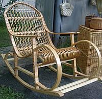 Большое кресло качалка плетенное из лозы светло коричневое