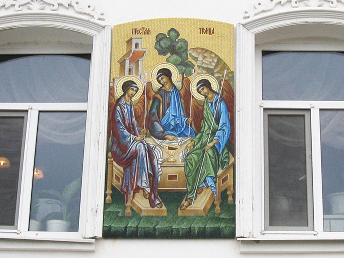 Икона Святой Троицы из мозаики цветного стекла