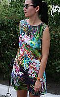 Короткое женское платье с цветочный принтом