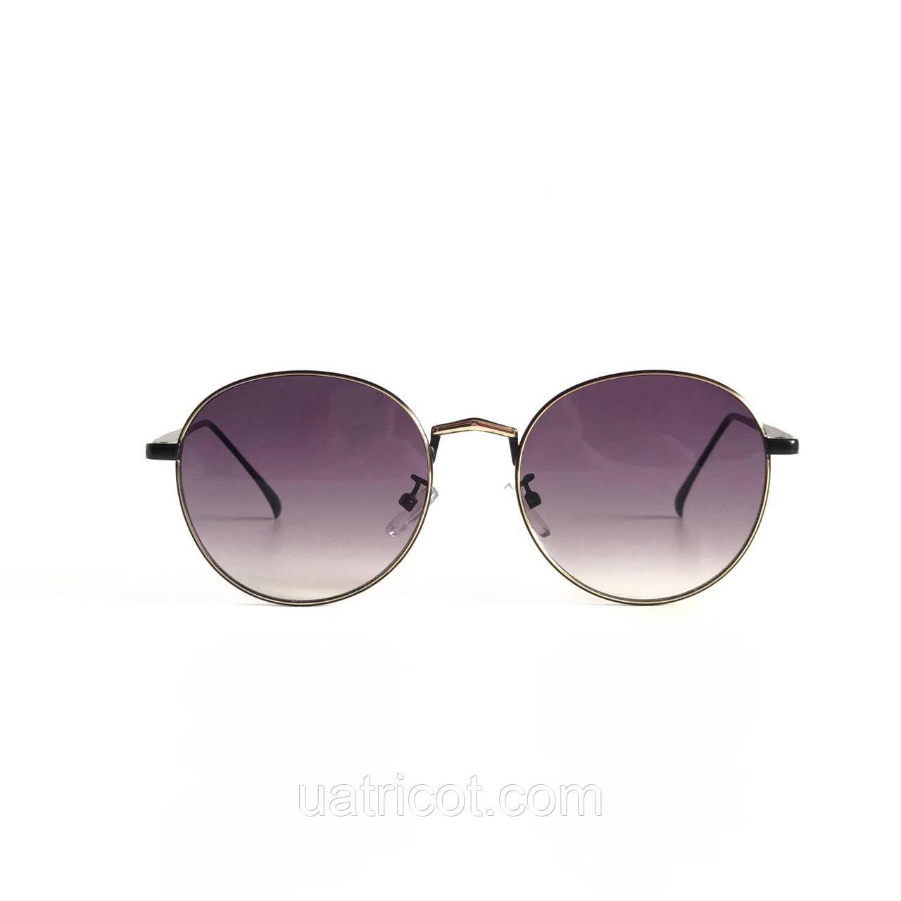 Женские круглые солнцезащитные очки в чёрной оправе с лавандовыми линзами