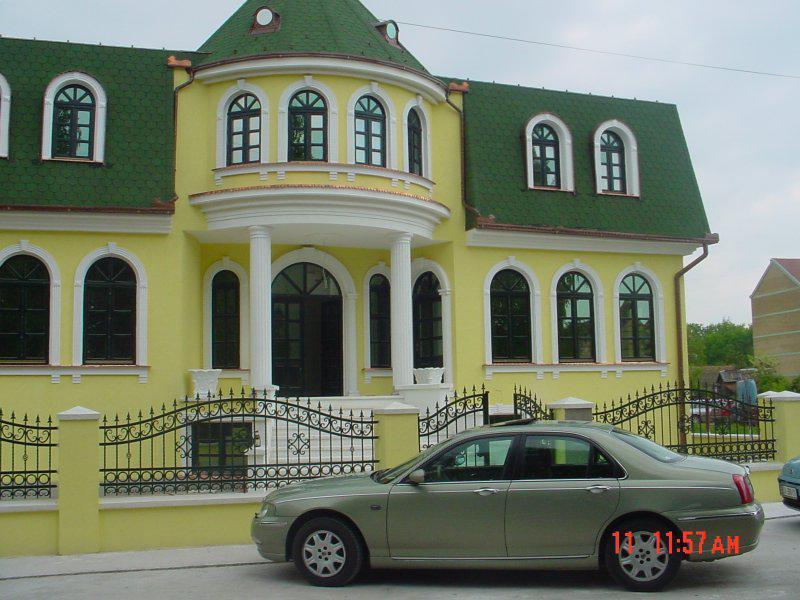 Частный желто-зеленый дом