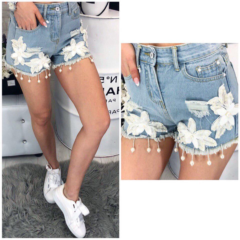Очень красивые летные джинсовые шорты декорированы аппликацией