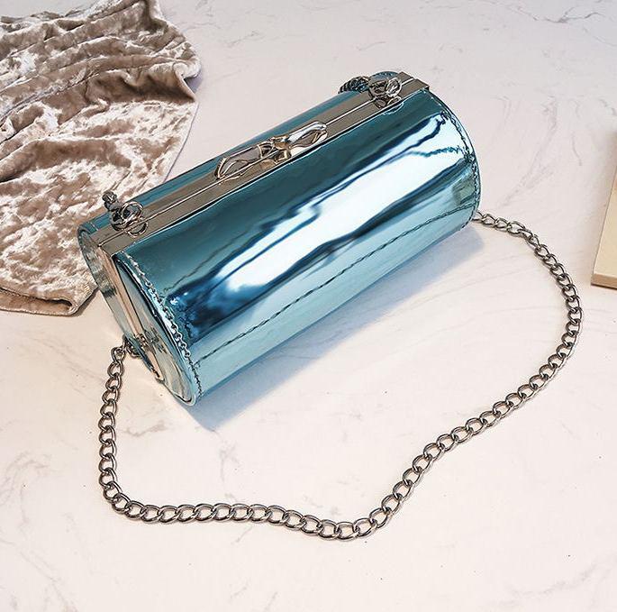 Голубая лаковая сумка кроссбоди