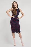 Облегающее гипюровое женское платье темно-синего цвета