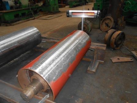 При использовании этого метода резиновая техпластина прикрепляется к металлической поверхности при помощи двухкомпонентных клеевых составов и грунтовки. В большинстве случаев используется двухкомпонентный клей и грунтовка