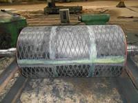 Преимуществами данного метода являются :      возможность футеровки конвейерных барабанов любых габаритов;     возможность футеровки конвейерного барабана прямо на конвейере (без демонтажа);