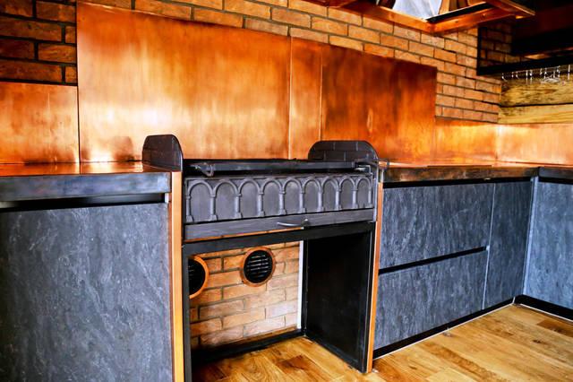 Внутренняя отделка медью: задние кухонные панели, столешница.