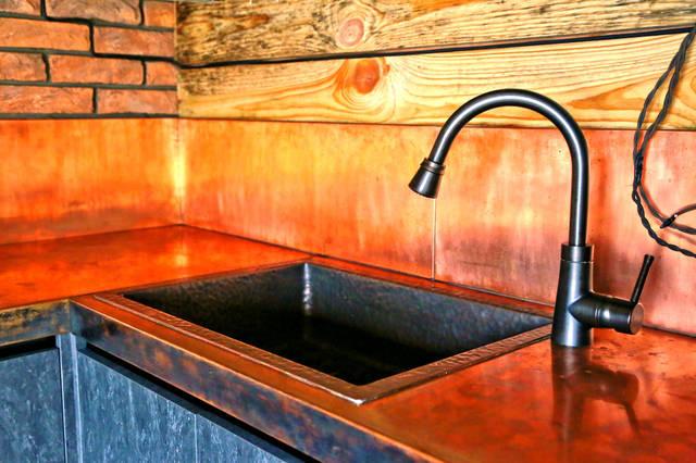 Раковина, рабочая поверхность на кухне из меди.