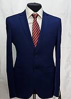 Молодёжный приталенный костюм из фактурной ткани Luco Tone 528-8