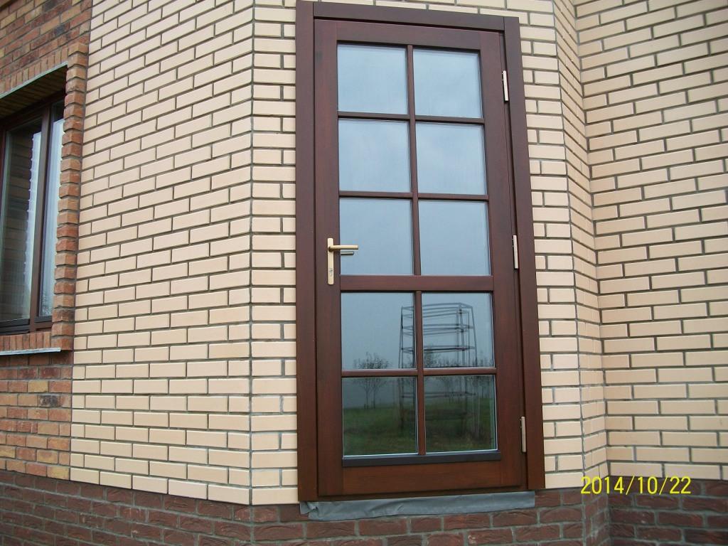 Дверь во двор со стеклопакетом улучшенной формы (коэффициент сопротивления теплопередаче 1,7 W/m2K).