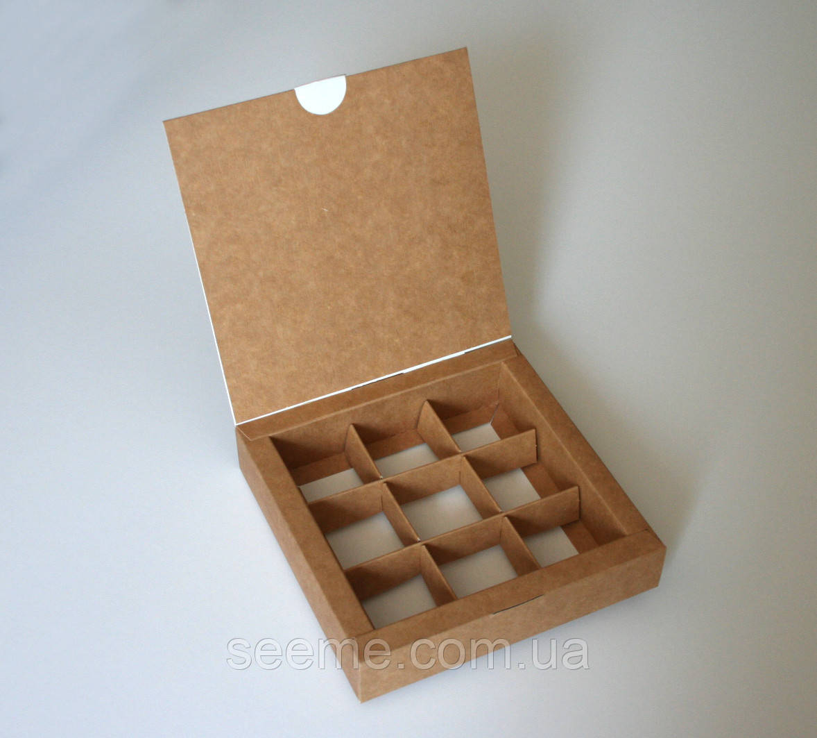 Коробка подарункова із крафт картону для 9 цукерок 150х150х30 мм.