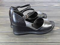 Кожаные женские босоножки на танкетке черные, фото 1