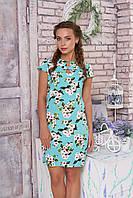 Яркое летнее платье мини по фигуре голубое с цветами белыми