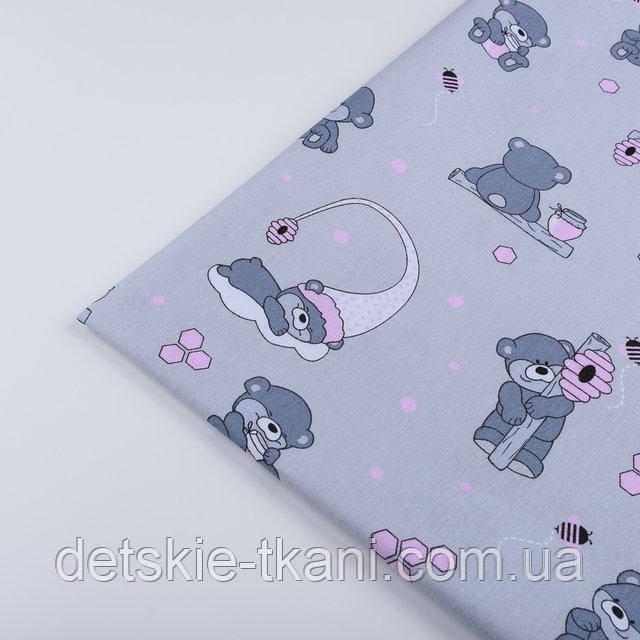 """Лоскут ткани №1274 """"Маленькие мишки с сотами"""" розовые на сером"""