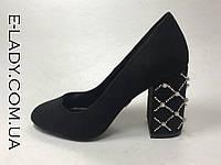 Черные замшевые туфли на устойчивом каблуке с жемчугом