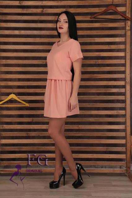 Свободное летнее платье выше колена с вырезом на спине персиковое
